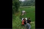 CLIP: Hiện trường vụ ôtô lao xuống ruộng, 20 người 'còng lưng' kéo lên bờ bị dân tình chê thậm tệ