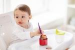 Bé gái 1 tuổi sốt cao, mụn mọc quanh miệng, đi khám mới biết do bà đút cơm sai lầm