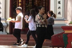 Quang Hải đi lễ cùng Huỳnh Anh