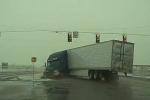 Clip: Tránh ô tô sang đường, container gập đôi sau pha đánh lái kinh hoàng