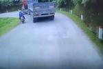 Clip: Cố tình vượt ẩu, đôi nam nữ suýt bị container ép lao xuống vực