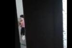 NÓNG: Xác minh clip bé gái bị người đàn ông đánh, nhấc bổng đầu ghì vào tường