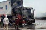 Xe đầu kéo bốc cháy cạnh cây xăng trên quốc lộ