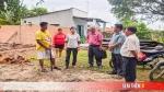 Lãnh đạo UBND thị xã Trảng Bàng thăm, hỗ trợ các hộ dân bị thiệt hại do lốc xoáy