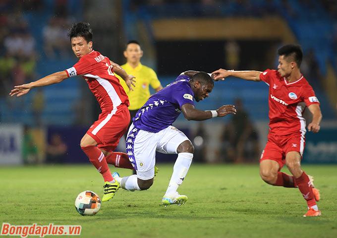 Các hậu vệ Viettel như Duy Thường, Tiến Dũng chăm sóc kỹ càng Rimario bên phía Hà Nội FC