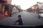 Cậu bé thoát chết ngay trước đầu ôtô