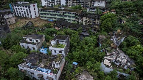 Những công trình bị hư hại và bỏ hoang sau trận động đất.