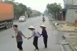 Thấy 2 cụ già ngẩn ngơ ven đường mãi mà không qua được, bác tài xế có hành động bất chợt khiến ai cũng ấm áp
