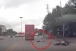 Clip: Thanh niên chạy xe ẩu, đâm người phụ nữ nằm bất tỉnh và 3 giây cuối 'thót tim'