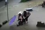 CLIP: Nữ sinh bất ngờ thụt xuống cống vẫn nắm chặt chiếc ô, diễn biến sau đó mới gay cấn