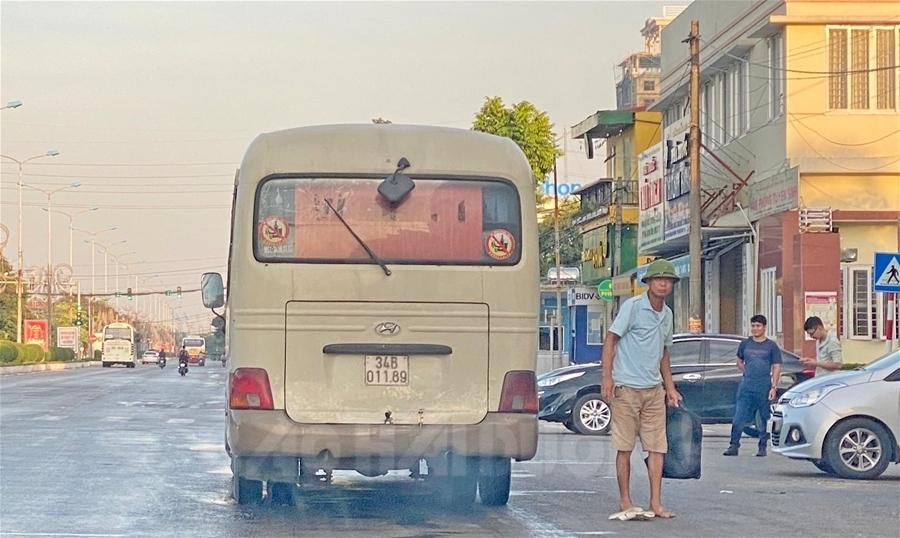"""""""Xe dù"""" 34B-011.89 của Công ty Ô tô vận tải hành khách Vân Thanh (TNHH) ngang nhiên đón trả khách tại đại lộ Nguyễn Lương Bằng đoạn đối diện Bệnh viện Đa khoa tỉnh sáng 17/7"""