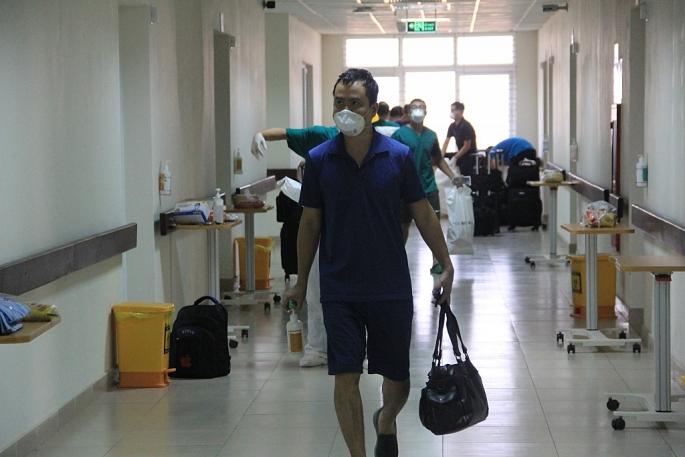 TS. Thân Mạnh Hùng, Phó Trưởng Khoa Cấp Cứu, BV Bệnh Nhiệt đới Trung ương chia sẻ, cả đoàn đều cảm thấy nhẹ nhõm như trút được gánh nặng vì chuyến bay an toàn, không có bệnh nhân nào trở nặng