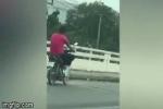 Video: Người đàn ông 'diễn xiếc' trên xe máy nhận cái kết muối mặt