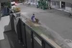 Thanh niên lái ôtô cứu người phụ nữ bị chó dữ cắn ở Trung Quốc