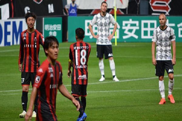 'Messi Thái' đi vào lịch sử J.League trong ngày đối đầu Iniesta