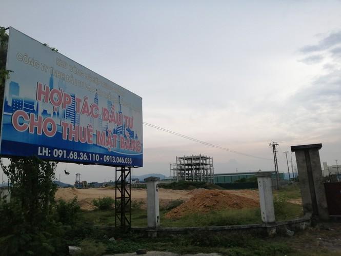Khung cảnh tan hoang hiện hữu ngay từ cổng vào KCN Trung Thành.