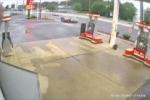 Hai ôtô 'dắt nhau' đâm đổ trạm xăng