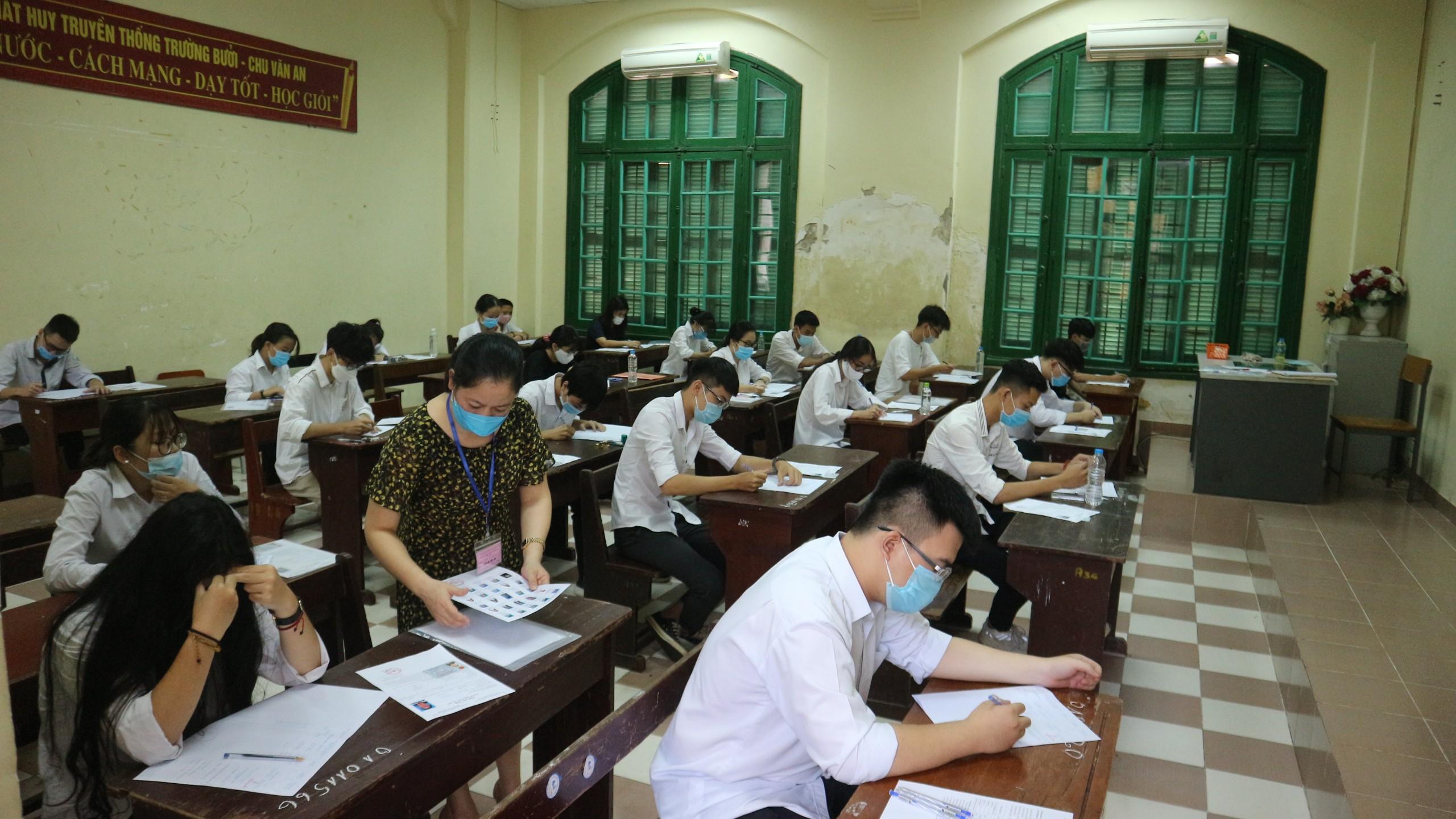 Thí sinh đã hoàn thành ngày thi đầu tiên với 2 môn Văn, Toán.