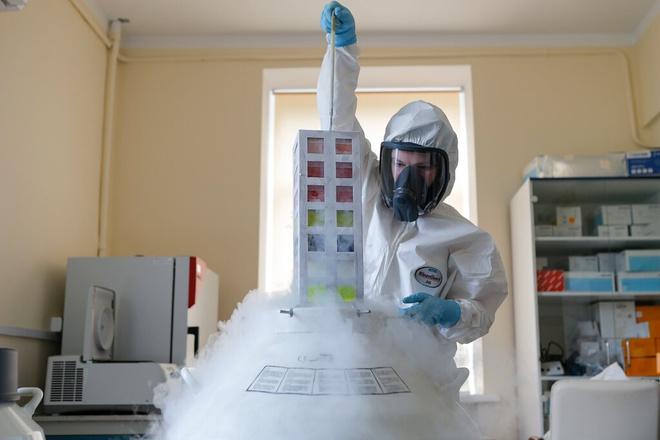 Vaccine Covid-19 được nghiên cứu tại Trung tâm Dịch tễ học và Vi sinh học Quốc gia Nikolai Gamaleya, Moscow. Ảnh: AP.