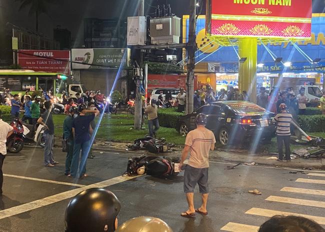 Xe ô tô chỉ dừng lại khi tông phải trụ điện.