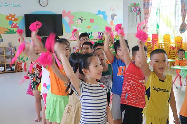 Các bé Trường Mầm non Họa Mi Nha Trang trong ngày đầu đi học trở lại (ngày 11/5/2020) sau thời gian nghỉ phòng tránh dịch.