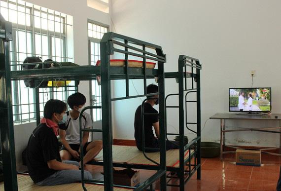 Công dân Việt Nam được cách ly khi nhập cảnh về sân bay Cam Ranh.