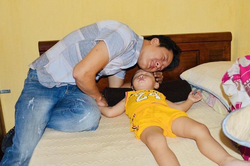 Giây phút anh Hưng xúc động gặp lại con tại trụ sở phòng Cảnh sát hình sự.