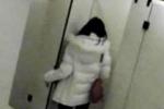 Đi vệ sinh trong thư viện thấy chiếc điện thoại lạ, cô gái sốc khi đập cửa phòng bên cạnh