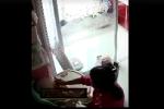 Phẫn nộ giúp việc tát tới tấp bé 11 tháng tuổi để 'dằn mặt' chủ nhà