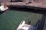 Clip: Thuyền phát nổ kinh hoàng, người phụ nữ bị hất văng xuống biển