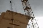 Cần cẩu đổ vì gió lớn ở Nga