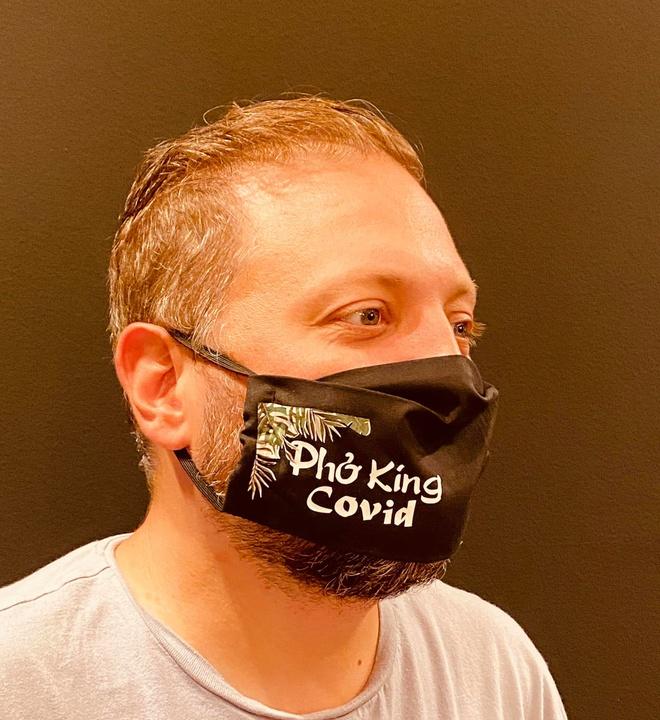 Chủ quán đeo khẩu trang in dòng chữ Phở King Covid. Ảnh: Restaurant Pho King Bon.