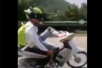 Ớn lạnh clip thiếu niên 16 tuổi lái xe máy bằng 1 chân khi đổ đèo Khau Phạ