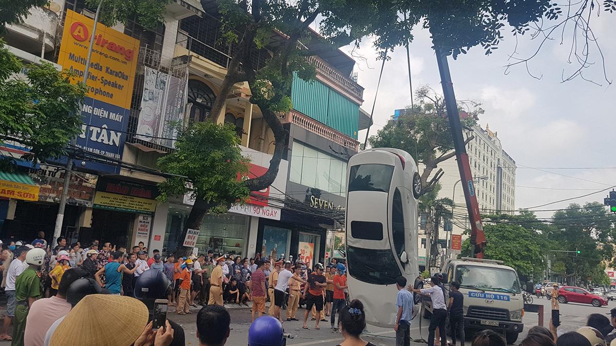 Lực lượng chức năng di dời xe tai nạn khỏi hiện trường.