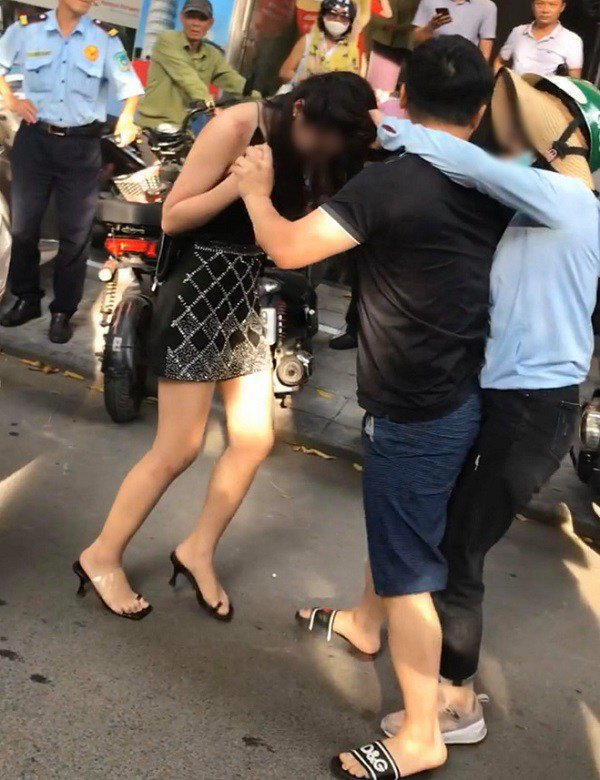 Hình ảnh đánh ghen trên phố Lý Nam Đế đang được chia sẻ trên mạng xã hội.