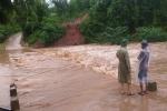 Quảng Trị: Hai vợ chồng đi xe máy bị nước cuốn, người vợ 26 tuổi mất tích