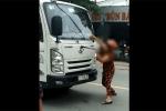 Clip: Người phụ nữ chặn đầu xe tải, bẻ gãy cần gạt nước rồi điên cuồng đập phá