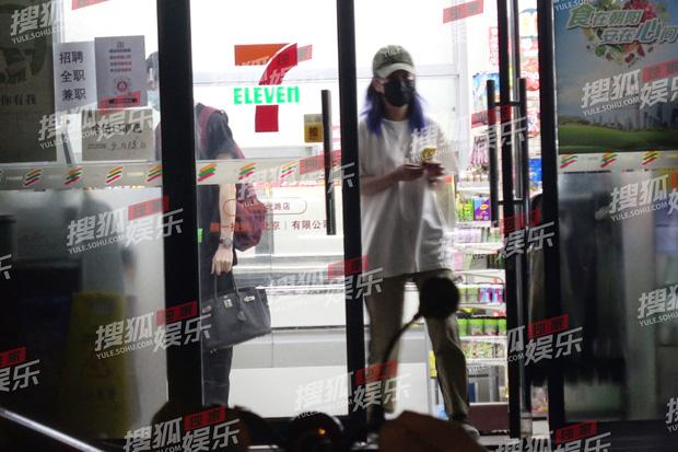 Cả hai nhanh chóng rời khỏi siêu thị, chàng trai còn cầm túi xách hộ Triệu Vy.