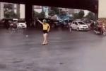 Clip: Cô gái đội mũ bảo hiểm, dừng xe đạp để... 'đi đường quyền' giữa ngã tư Khuất Duy Tiến khiến nhiều người hoang mang