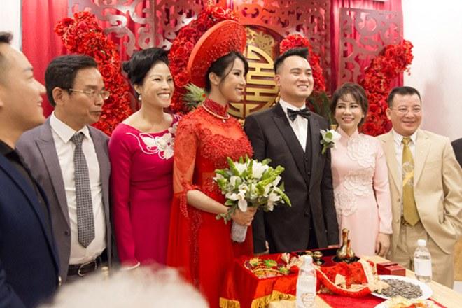 Trước đó, gia đình anh đã tổ chức lễ ăn hỏi và đón dâu theo đúng nghi thức truyền thống.