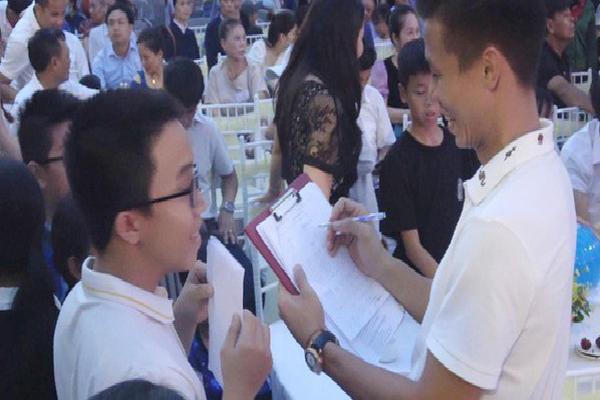 Góc 'bá đạo': Cậu học sinh đem bài kiểm tra điểm 10 đi xin chữ ký tuyển thủ Việt Nam