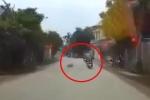 CLIP: Đâm trúng chú chó băng qua đường, người phụ nữ gặp tai nạn kinh hoàng