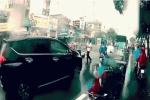 Clip: 2 người đàn ông vật nhau, quyết ăn thua giữa trời mưa, phố Sài Gòn đông đúc