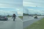 Clip: Đọ tốc độ với ôtô, biker nhận cái kết kinh hoàng sau cú bốc đầu