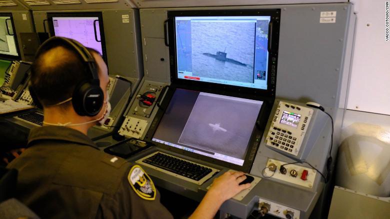 Một thành viên phi hành đoàn Mỹ theo dõi tàu ngầm Nga di chuyển trên biển Đen. Ảnh: CNN.