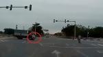 Hưng Yên: Xe tải vượt đèn đỏ đâm văng xe máy