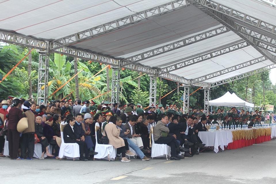 Nhiều người đến tiễn đưa Thiếu tướng Nguyễn Hữu Hùng.