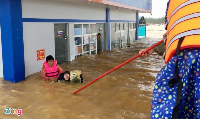 Lũ lên nhanh, lực lượng cứu hộ tại chỗ đã di dời, ứng cứu nhiều người dân ra khỏi nơi nguy hiểm. Ảnh: Anh Thư.