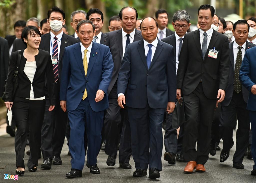 Thủ tướng Nguyễn Xuân Phúc đã cùng Thủ tướng Nhật Bản Suga Yoshihide tham quan Khu di tích Chủ tịch Hồ Chí Minh tại Phủ Chủ tịch. Ảnh: Hoàng Hà.