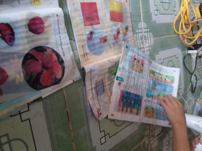 Học sinh tại điểm trường Cưp, Húc Nghì, Đakrông, sấy khô sách giáo khoa. Ảnh: Phan Hoàng Bách.